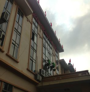 dịch vụ lau kính tòa nhà cao tầng tại Hạ Long